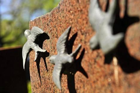 Hautakivien koristeita on varasteltu useilta hautausmailta. Valuraudasta ja kivestä tehdyt koristeet on jätetty kuitenkin pääosin paikoilleen.