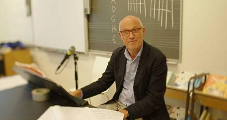 Kirkkojärven koulun rehtori Kari Louhivuori kertoo elokuvassa, että koulun tarkoitus on valmentaa elämää varten.