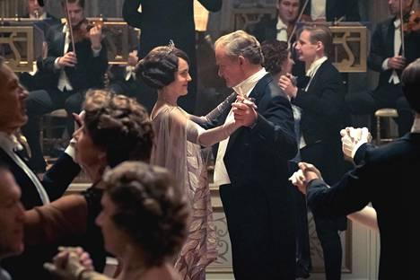 Grawleyn jaarlipariskunta Robert ja Cora (Hugh Bonneville, Elizabeth McGovern) tanssiaisissa.