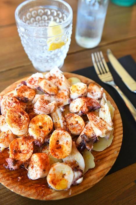 Galician alueelta kotoisin oleva mustekelaruoka, pulpo a la gallega, maustetaan paprikajauheella ja hyvällä oliiviöljyllä.