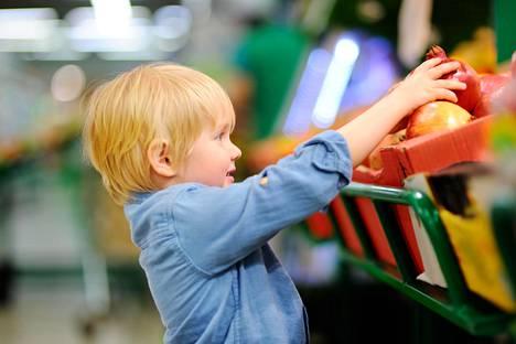 Lasten odottamattomat huomautukset voivat saada esimerkiksi ruokakaupassa punastelemaan.