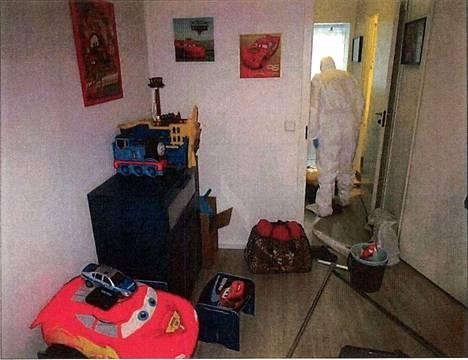 Poliisin tekninen tutkija työssään surma-asunnossa.