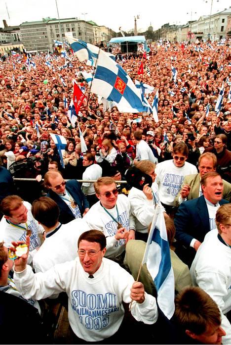 Etualalla Curt Lindström mestaruusjuhlissa 1995.