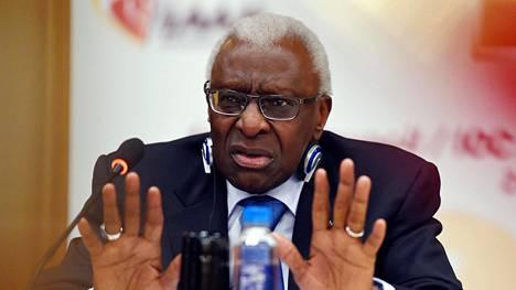 Se en ollut minä. Syyttömyyttään vannova Lamine Diack joutuu vastaamaan lukuisiin korruptio- ja rahanpesusyytöksiin oikeudessa. Entistä yleisurheilupomoa uhkaa jopa 10 vuoden vankeustuomio.