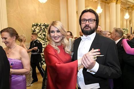 Kansanedustaja Maria Guzenina ja puoliso Kari Mokko tanssilattialla.