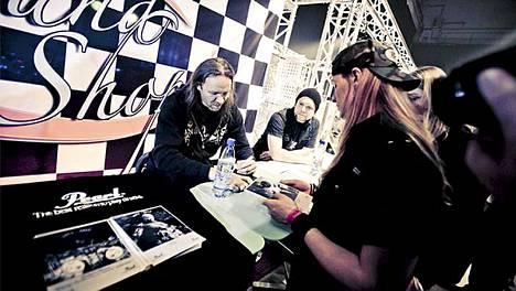 Kai Hahto jakoi faneille nimikirjoituksia Finnish Metal Expossa. Tilaisuudessa muisteltiin myös Lordi-yhtyeen kuollutta rumpalia Tonmi Lillmania.