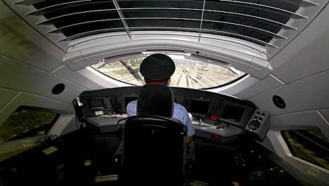 Vaikka ohjaamo näyttää hieman avaruusalukselta, ei kuljettajan tarvitse olla astronautti.