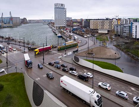 Pullonkaula on Jätkänsaarenlaiturin, Mechelininkadun ja Hietalahdenrannan risteys.