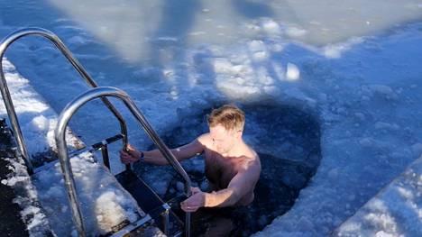 Helsinkiläinen Olli nauttii avantouinnin rauhoittavasta vaikutuksesta.