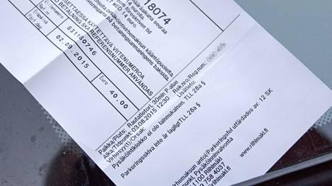 Reijo Seppä sai 40 euron pysäköintivirhemaksun vääränmuotoisesta pysäköintikiekosta.