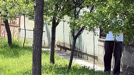 Lazarevolaismies seisoskeli Mladicin piilopaikkatalon edessä.