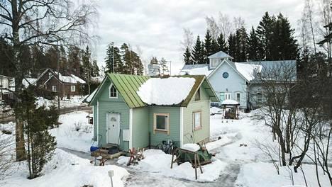 Remonttitaitoiselle on tarjolla muun muassa tämä Espoossa sijaitseva pieni omakotitalo.