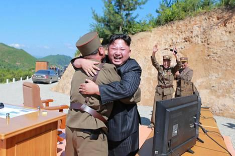 Kim Jong-un juhli Hwasong-14-ohjuksen laukaisua Pohjois-Korean uutistoimiston julkaisemassa kuvassa.