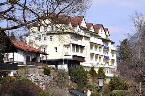 Thaimaan kuningas, hänen palvelijansa ja 20 naisen haaremi majoittuvat Bildin mukaan hotellin neljännessä kerroksessa. Hotellissa ei ole muita asiakkaita, vaan se on varattu kokonaan kuninkaan hovin käyttöön.