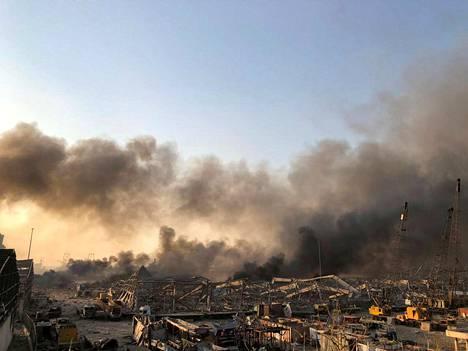 Savu nousi valtavan räjähdyksen jälkeen Beirutissa.