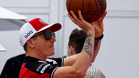 Kimi Räikkönen pääsi torstaina esittelemään Austinissa myös koripallotaitojaan.