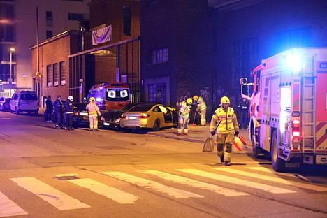 BMW-kuljettaja oli menettänyt autonsa hallinnan, jonka seurauksena se syöksyi päin pysäköityjä ajoneuvoja.
