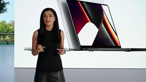 Applen Shruti Haldea esittelemässä uusia MacBook Pro -kannettavia.