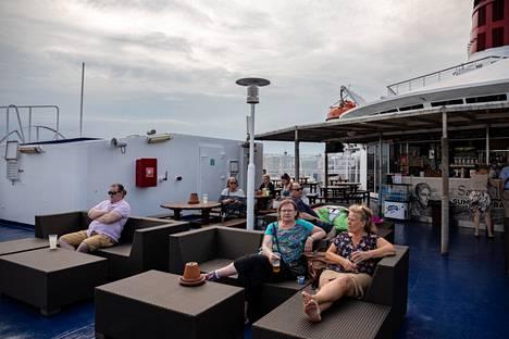 Takakannella ja laivan ravintoloissa oli alkuillasta rauhallista.