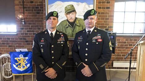 Vihreät baretit Erich Gardner ja Dave Tyler toivat Lauri Törnin syntymän 100-vuotisjuhlaan terveisin samasta joukko-osastosta, jossa Larry Thorne palveli.