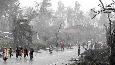 Rankkasade piiskasi katua, kun pahin myrskyalue oli jo ohittanut Taclobanin.