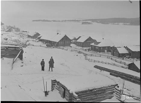 Maisemakuva Karjalan Maaselältä marraskuulta 1941, taustalla jäinen Seesjärvi.