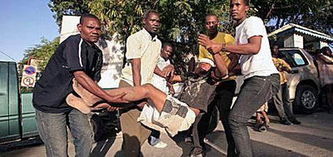 Tuhansien ihmisten pelätään hautautuneen Haitin maanjäristyksessä sortuneiden rakennusten raunioihin.