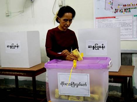 Oppositiojohtaja Aung San Suu Kyin NLD-puolue eteni Myanmarin vaaleissa.