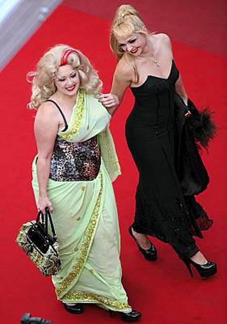 Näyttelijättäret Julie Atlas Muz ja Dirty Martini poseerasivat kuvaajille. Burleskitähdet kohahduttivat jälleen, aivan kuten avajaisissakin.