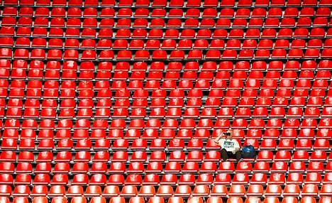 Tällä katsojalla oli tilaa ojennella kyynärpäitään Luzhnikin stadionilla järjestettävissä yleisurheilun MM-kisoissa.