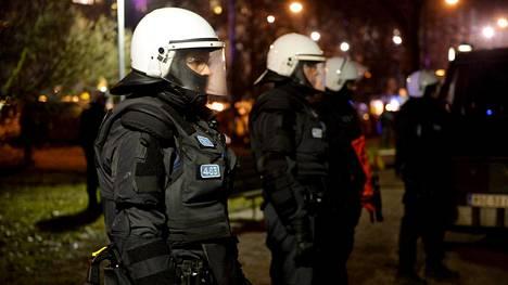 Poliisit valvoivat itsenäisyyspäivänä 612.fi -marssia Helsingissä.