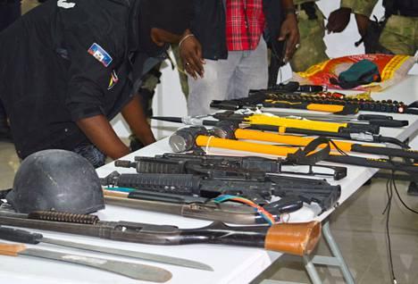 Tappo-operaatiossa käytettyjä aseita näytillä lehdistötilaisuudessa.