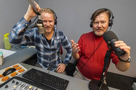 Salovaaran juontajaveljekset Lauri ja Pertti valmistautumassa elämänsä ensimmäiseen yhteiseen radiolähetykseen.