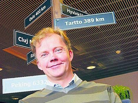 Plenwaren toimitusjohtaja Hannu Meskanen ohjaa tietoliikennettä omassa toimitalossa Tampereen rautatieaseman kupeessa.