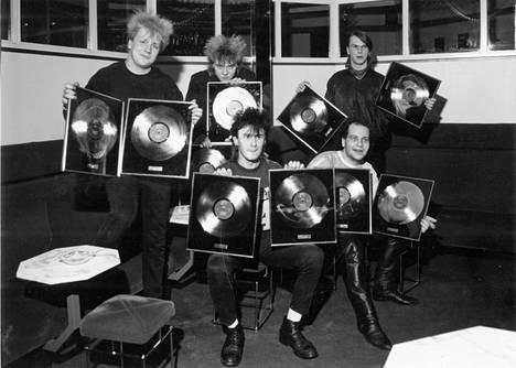 Yö-yhtyeen jättimenestys alkoi vuonna 1983. Seuraavana vuonna juhlittiin timantti- ja kultalevyä esikoisalbumista.