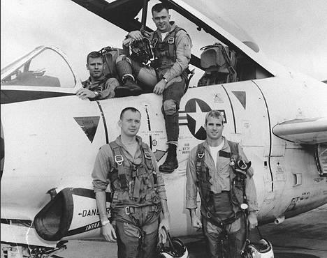 McCain (alhaalla oikealla) kuvattiin vuonna 1965 laivastotovereidensa seurassa.