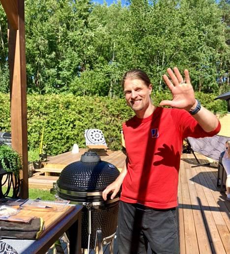 Benjamin Bogel on innokas grillaaja. Kesän lempipuuhaa on istua terassilla ja odotella grillin lämpenemistä.