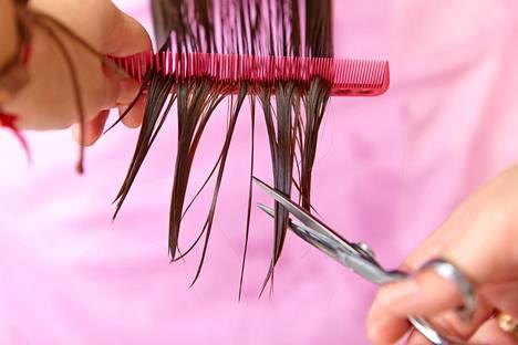 Kaksihaarainen hius kielii hiuksen kuivuudesta tai rakennevauriosta.