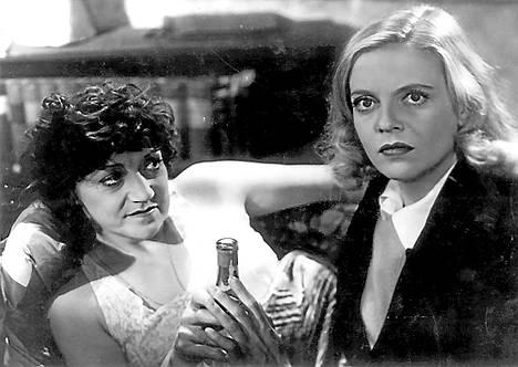 Rakkauden ristissä Regina esittää Riittaa, josta tulee prostituoitu.