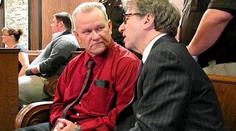 Randolph Arledge (vas.) keskusteli lakimiehensä kanssa.