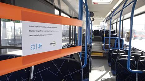 Joukkoliikenteen käyttö on edelleen huomattavasti aiempaa alhaisempaa. Siinä missä henkilöautoliikenne on palautunut noin 90-prosenttisesti koronaa edeltäneelle tasolle, ovat esimerkiksi linja-autojen matkustajamäärät edelleen alle puolessa vanhasta.