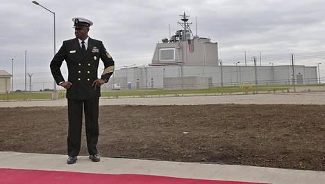 Paljon kohua aiheuttanut Romanian Deveselun ohjustorjuntatukikohta valmistautui avajaisiin torstaina. Yhdysvaltain laivaston upseeri tarkasti paikkaa ennen juhlallisuuksia.