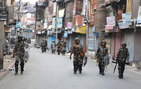 Intialaiset puolisotilaalliset joukot vartioivat ulkonaliikkumiskieltoa Srinagarissa viime viikolla, kun Intia oli julistanut hallitsemansa Kashmirin alueen itsehallinnon päättyneen.