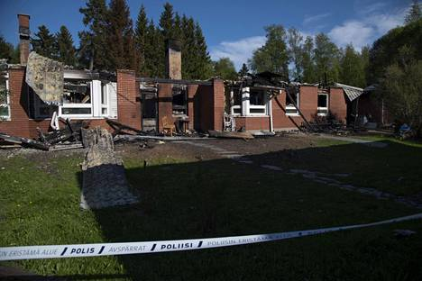 Oulunsalon Varjakassa sijaitseva paritalo tuhoutui tulipalossa toukokuussa.