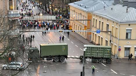 Liikenne Turun keskustassa Uudenmaankadulla katkaistiin tänä vuonna puolustusvoimien ajoneuvoyhdistelmällä.