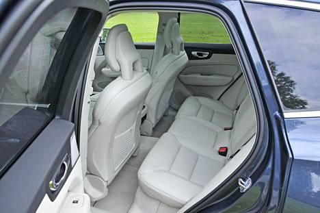 Volvon tilankäyttö on edelleen hieman tuhlailevaa, sillä vaikka takaistuimet ovat tukevat, riittää jalkatilaa kokoluokka huomioiden vain keskinkertaisesti.