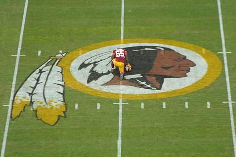 NFL-seura Washington Redskins on yhdysvaltalaislähteiden mukaan sponsorien, liigan ja yhteisön painostuksen myötä todella lähellä nimenvaihtoa. Kuvassa Adam Hayward polvistuneena kotiareenallaan vuonna 2014.