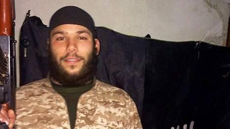 Belgiassa pidätetty ruotsalainen Osama Krayem latasi nettiin itsestään kuvan automaattiaseen kanssa.