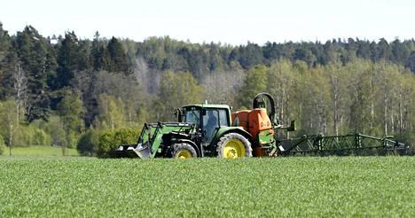 """Hallitusohjelmassa on 278 miljoonan edestä maatalouteen liittyviä """"tulevaisuusinvestointeja"""" vuosille 2020–2022. EU:n maataloustukia koskeva vääntö koskee vuosia 2021–2027. Ympäristökorvauksiin on kirjattu 88 miljoonaa ja maatilatalouden kehittämisrahaston Makeran pääomittamiseen 100 miljoonaa. Kuvassa maanviljelijä ruiskuttaa rikkakasvitorjunta-ainetta Siuntiossa."""