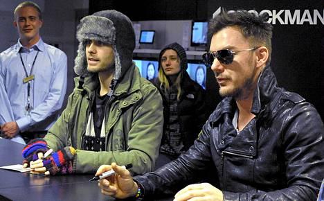 Jared Leto (vas.) ja Shannon Leto 30 Seconds to Mars -rock-yhtyeestä tapasivat fanejaan Stockmannin tavaratalossa Helsingissä 12. maaliskuuta 2010